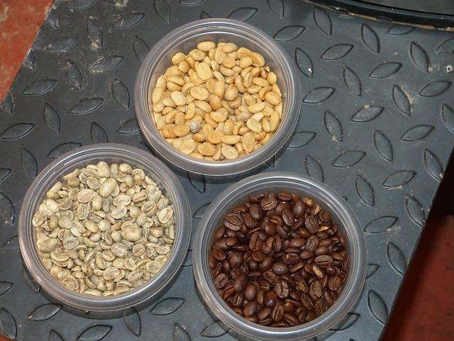 Nyers és pörkölt kávébabok