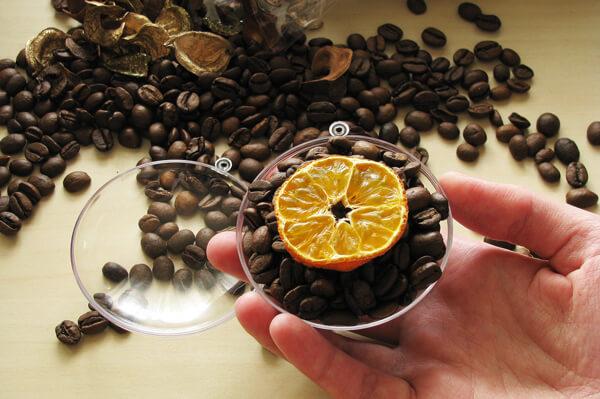 Karácsonyfadísz kávészemekkel