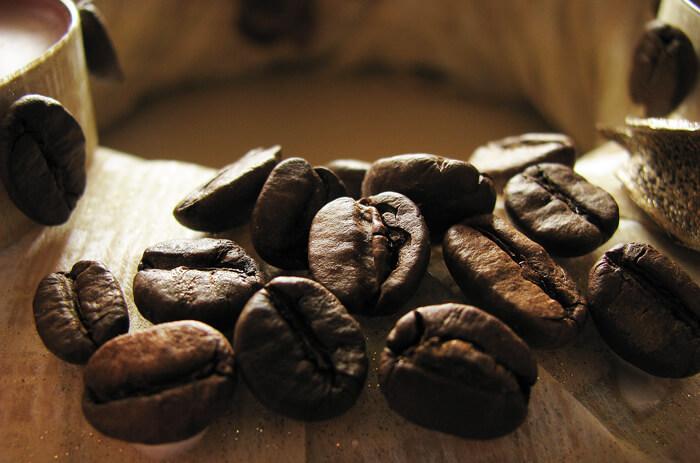 Kávészemek ragasztása adventi koszorúra