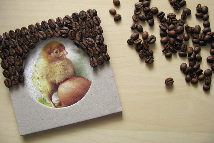 Húsvéti képkeret ragasztása kávészemekkel