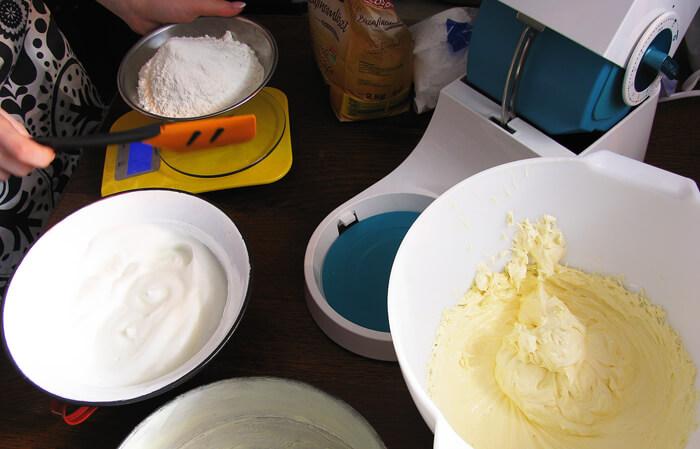 Tojássárgájás masszát és tojásfehérje habot liszttel összekeverjük.