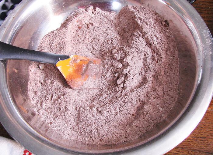 Csokis-diós muffin alapanyagainak összekeverése