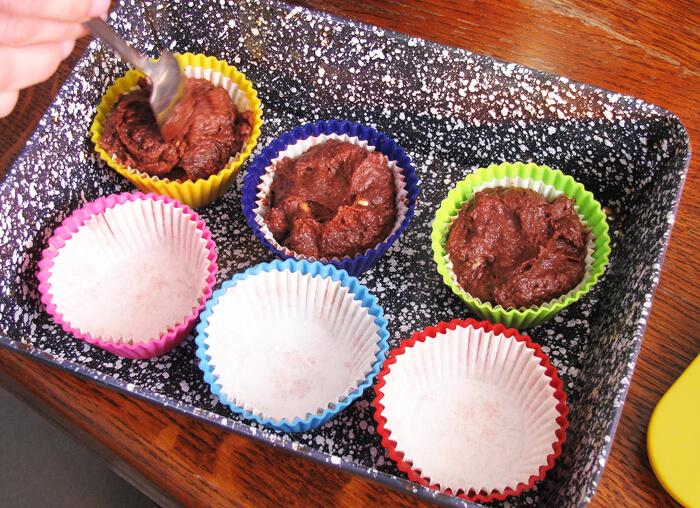 Muffin tészta muffin formákba töltése