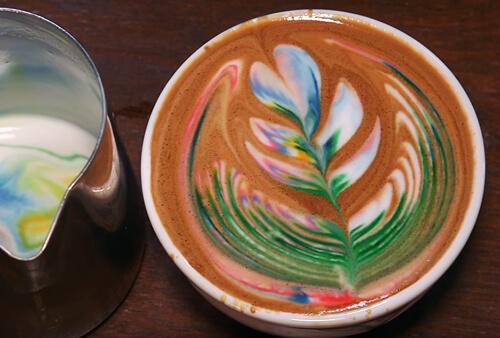 Szivárványszínű kávé, rainbow latte art