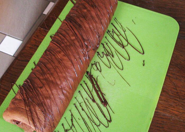 A kávés-csokis piskótatekercs díszítése