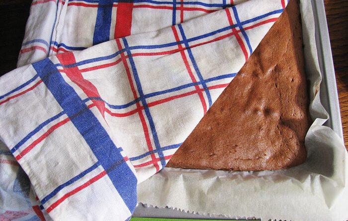 Kávés piskótalap recept - Takarjuk le a tésztát nedves konyharuhával
