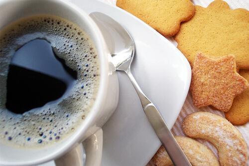 Reggeli kávé süteménnyel