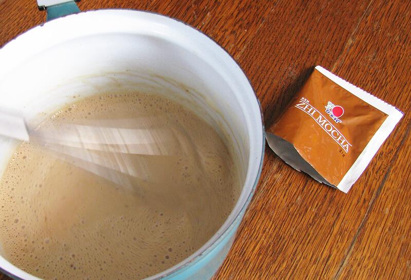 Kávés jégkrém készítése: Zhi Mocha kávét szórunk a jégkrém alapba