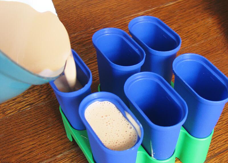 Kávés jégkrém készítése: Formákba öntjük a jégkrém alapot