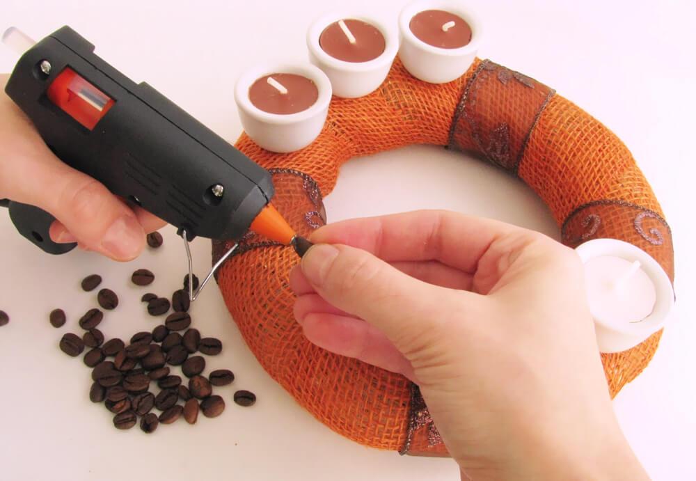 Kávészemek felragasztása a minimalista kávés adventi koszorúra
